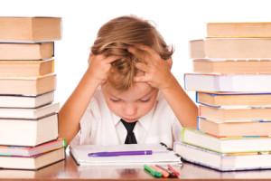 niño-estudiando-con-las-manos-en-la-cabeza-muy-preocupado